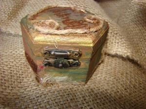 detaliu-cutie-de-lemn-pictata