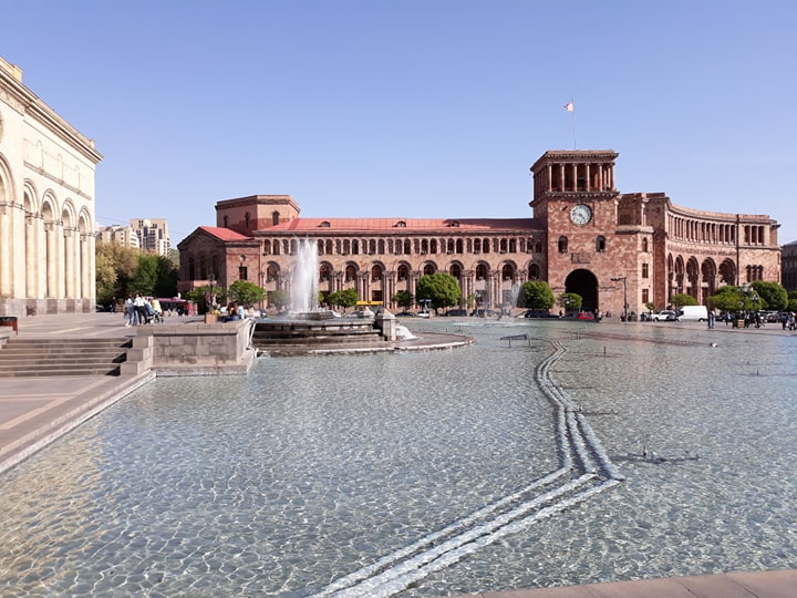 This image has an empty alt attribute; its file name is yerevan-piata.jpg